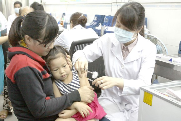Vaccination can help reduce the rate of infection especially amongst kids (Photo: SGGP)