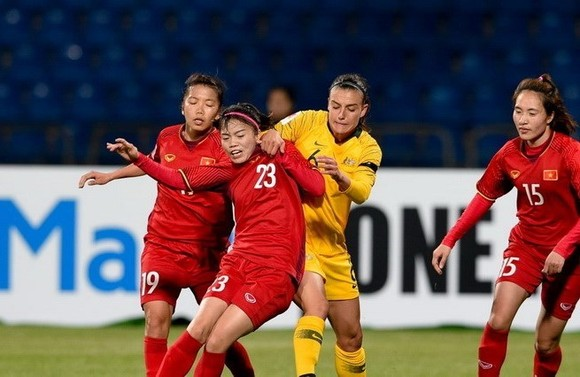 ietnamese female football players in red (Source: VNA)