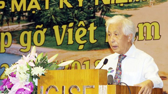 Professor Tran Thanh Van, Chairman of the Rencontres du Vietnam, is delivering his speech at the anniversary