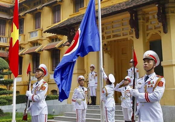 The annual flag-raising ceremony on the occasion of ASEAN establishment anniversary aims to promote solidarity, friendship, and cooperation in ASEAN for the sake of regional peace and prosperity (Photo: VNA)