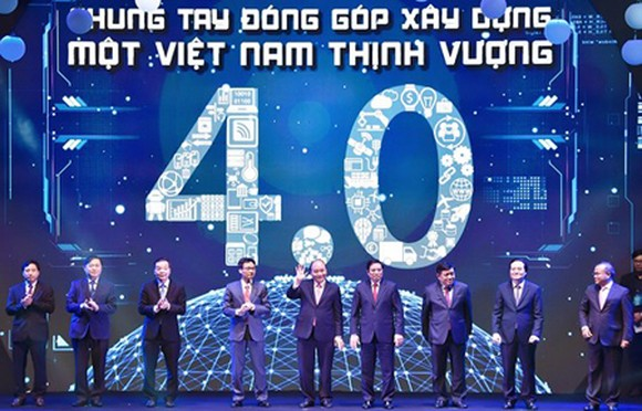 The Prime Minister and other participant in the announcement of the Vietnam Innovation Network. Photo by VGP.