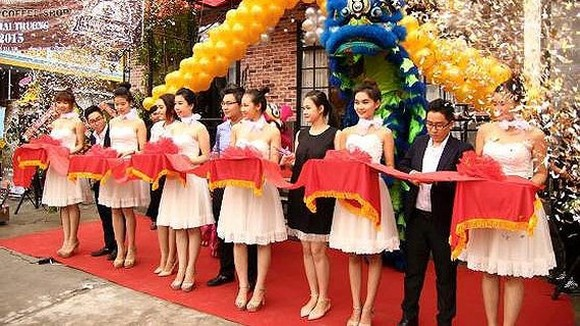 A business holds a ceremony on its opening day (Photo: SGGP)