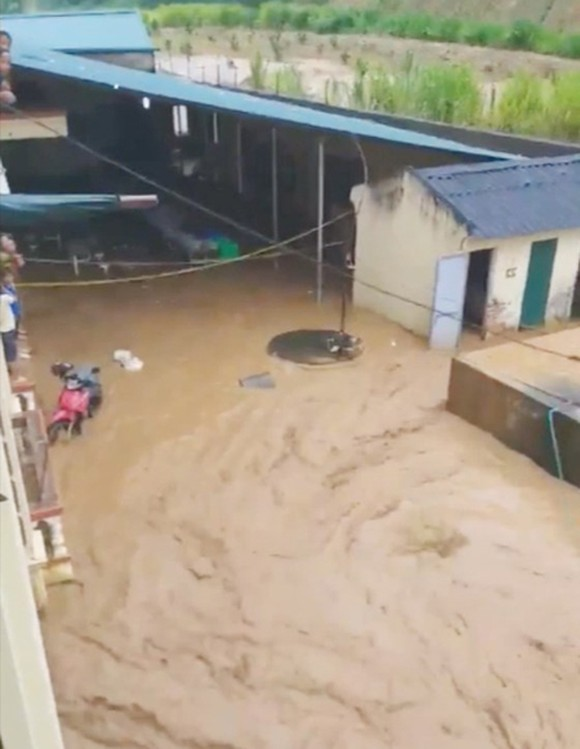 Photo from a clip recording teachers and students of Na Ot Secondary High School in Mai Son District, Son La Province, running from the flooding.