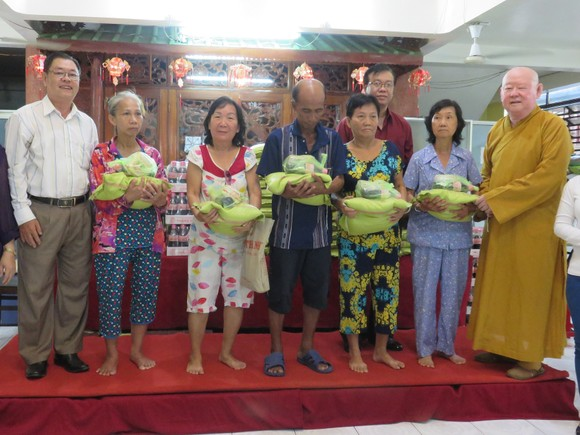 Monks and followers give presents to poor people in district 11 (Photo: SGGP)