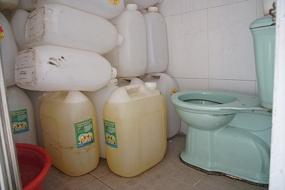 Containers of food are placed in toilet (photo: SGGP)