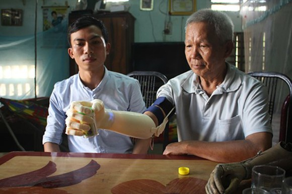Ngo Van Det and his product for handicapped people