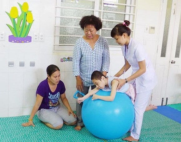 Physical therapists provide gratis treatment at disabled people's home