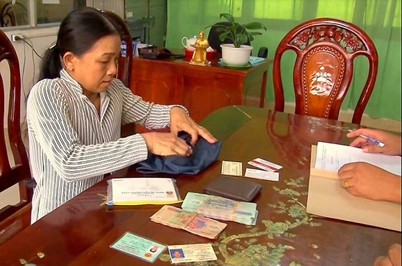 Ms. Nho returns money to police who will find the owner of the sum (Photo: SGGP)