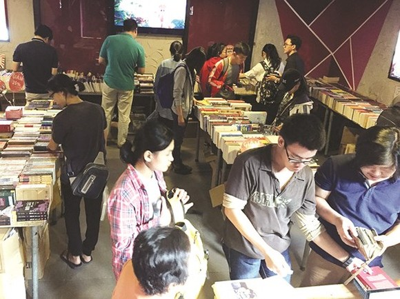 Giant year-end book fairs held in HCMC