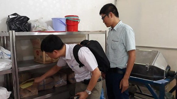 Inspectors check food material at a business (Photo: SGGP)