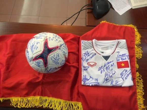 A football and a jersey bearing the signatures of all players and members of the coaching board of the male Vietnam national team who won the AFF Suzuki Cup 2018 will be auctioned to raise fund for the poor and AO victims (Source: http://baonhandao.vn)