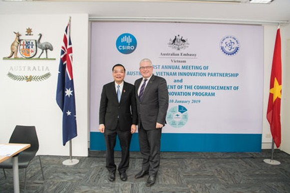 Mr Craig Chittick Australian Ambassador to Vietnam and H.E. Mr Chu Ngoc Anh, Minister of Science and Technology at the launch of Aus4Innovation program (Photo: Courtesy of Australian Embassy )