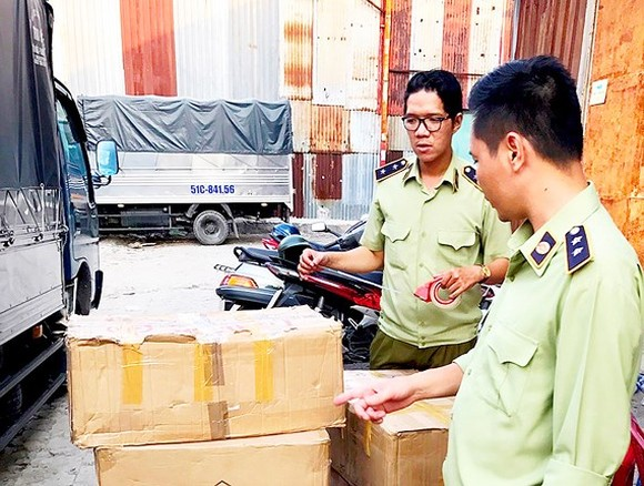 Market managers seize unclear cosmetic products, apparel