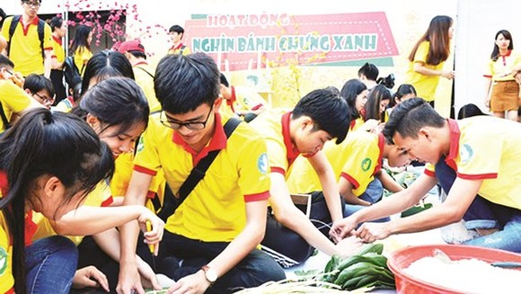 Thousands of students wrap banh chung in volunteer spring 2019 to gift disadvantaged people (Photo: SGGP)
