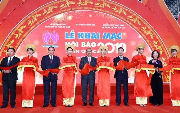 Prime Minister Nguyen Xuan Phuc (C) cut the ribbon to kick off the National Press Festival 2019 (Photo: VNA)