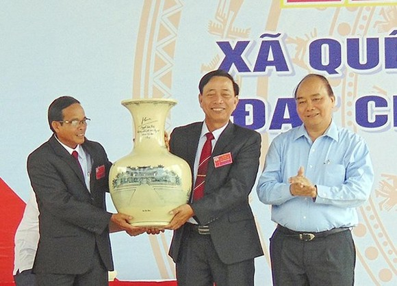 Prime Minister Nguyen Xuan Phuc shakes hands with participating delegates at the ceremony (Source: VNA)