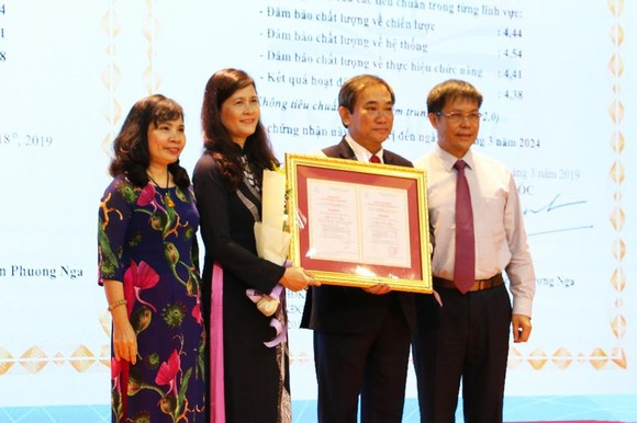 Prof. Doctor Nguyen Phuong Nga, Director of CEA-AVU&C award certificate of institutional accreditation for People's Teacher Ho Thanh Phong, Hong Bang University's Principal and Dr. Nguyen Thi Thu Ha, Assistant Principal of Hong Bang University