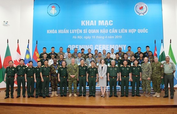 Participants in the opening ceremony of the training course pose for a photo (Photo: VNA)