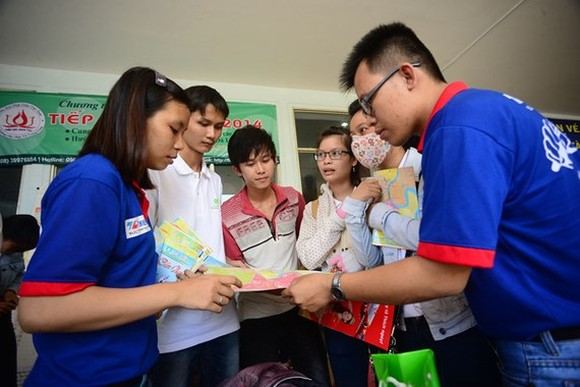 Volunteers are guiding candidates in previous year (Photo: SGGP)