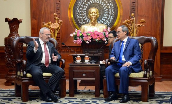 Politburo member and Secretary of the Ho Chi Minh City Party Committee Nguyen Thien Nhan (R) meets with received Senior Vice President of the US-ASEAN Business Council Michael Michalak on June 17 (Photo: SGGP)
