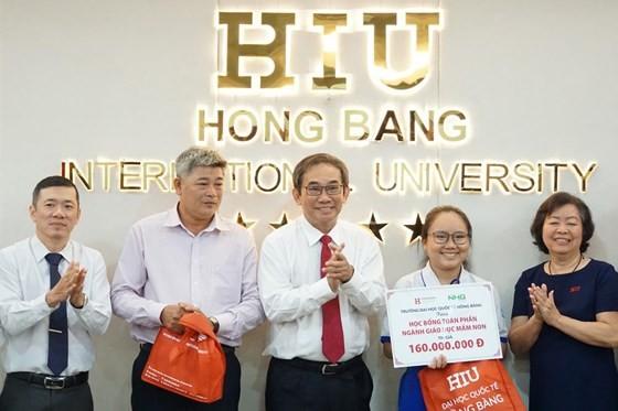 HIU President Ho Thanh Phong grants scholarship to the poor girl (Photo;l SGGP)