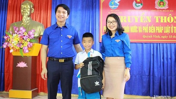 Boy saving drowning kid awarded with Brave Youth Badge
