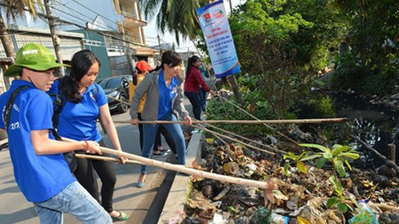 A campaign to clean waste in canals in District 12 of HCMC. Photo by Viet Dung