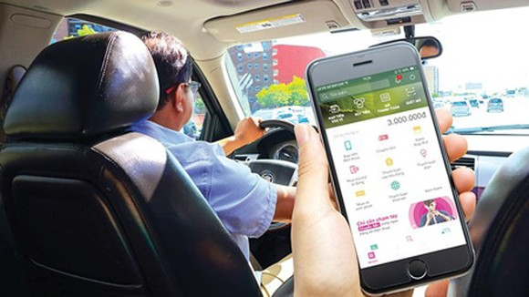 Using an e-wallet to pay for transport services. (Photo:  SGGP)