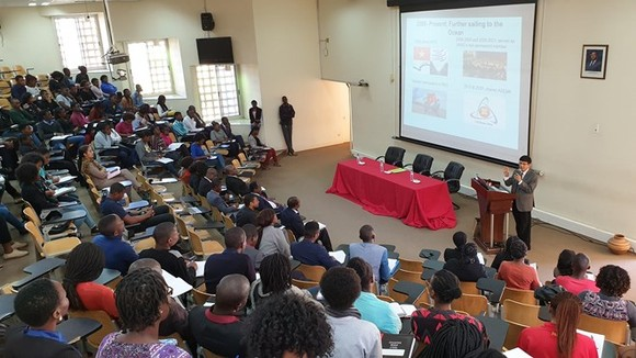 The lecture by Vietnamese Ambassador to Mozambique Le Huy Hoang at the Joaquim Chissano University on August 15 (Photo: VNA)