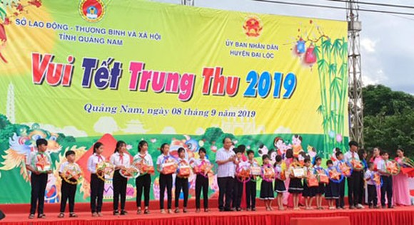 The Prime Minister delivered gifts for poor students in Dai Loc District of Quang Nam Province. (Photo: SGGP)