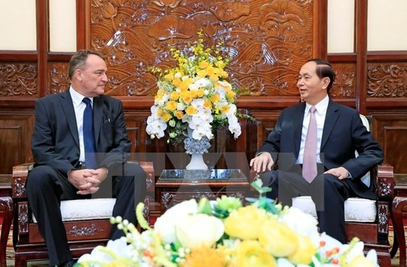 President Tran Dai Quang (R) and Slovakian Ambassador to Vietnam Igor Pacolak (Source: VNA)