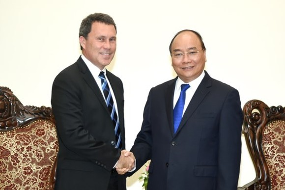 Vietnamese Prime Minister Nguyen Xuan Phuc receives vice president of ExxonMobil Group in Asia Pacific and Middle East Jon Gibbs