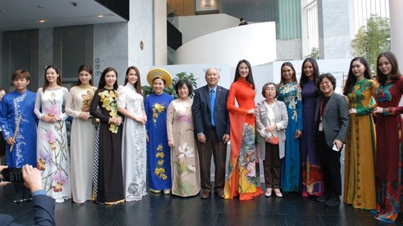 """Vietnamese """"Ao dai"""" embroidered with national flowers of ASEAN member states at the show. (Photo: VNA)"""