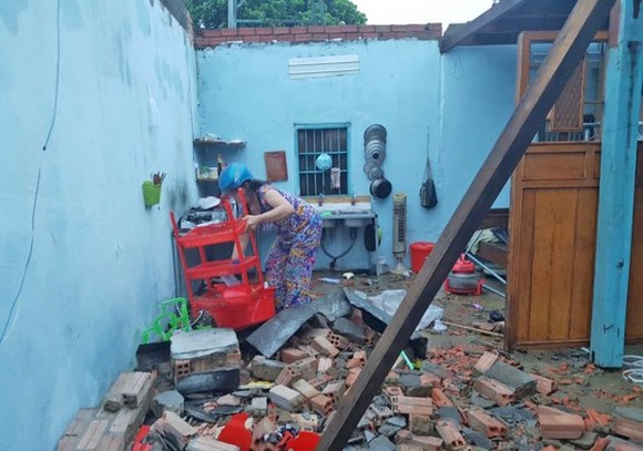 Strong wind destroys many houses