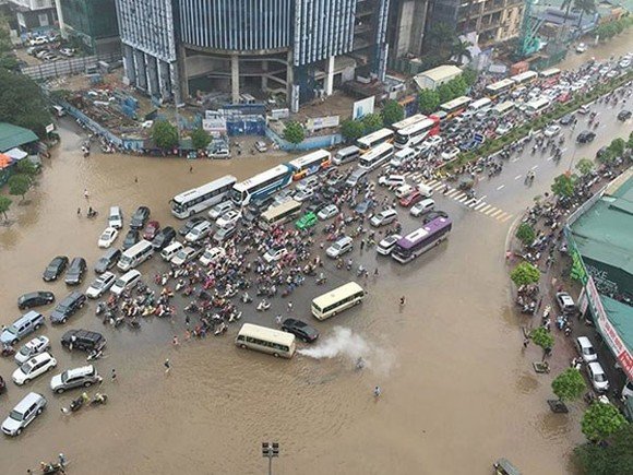 A 500-year flood cycle scheme to protect downtown Hanoi is part of a detailed flood prevention master plan that municipal agencies are working on. (Photo anninhthudo.vn)
