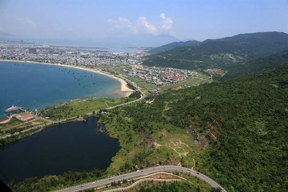 Hills, sea: A view of Son Tra Peninsula in Da Nang. (Photo: courtesy Helicop tour)