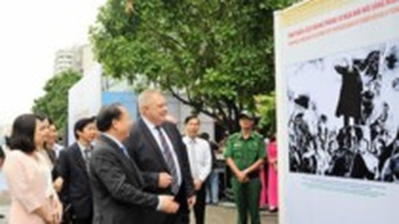 Photo exhibition featuring VN- Russia friendship relations takes place in Nguyen Hue walking street