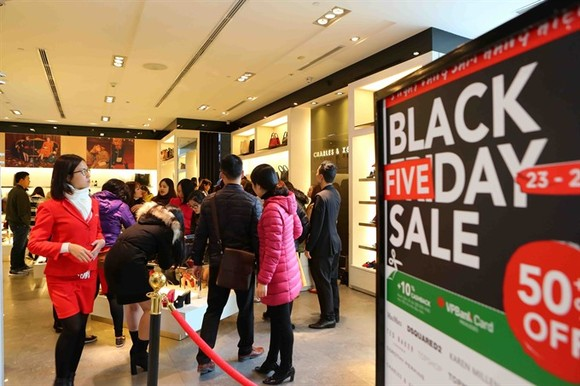 Black Friday sale on at the Vincom Ba Trieu Shopping Centre in Hanoi. — VNA/VNS Photo