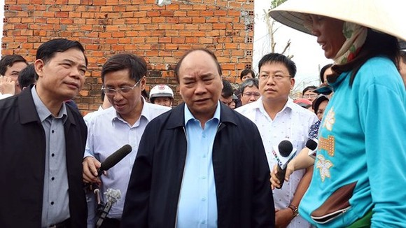 Vietnamese Prime Minister Nguyen Xuan Phuc visits families affected by typgoon Damrey  in Van Ninh district
