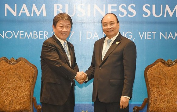Vietnamese Prime Minister Nguyen Xuan Phuc and Japanese Economic Revitalization Minister Toshimitsu Motegi (Photo:VGP)