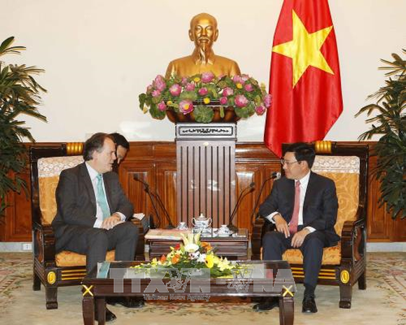 Deputy Prime Minister and Foreign Minister Pham Binh Minh (R) and UK Foreign Office Minister for Asia and the Pacific Mark Field. (Source: VNA)