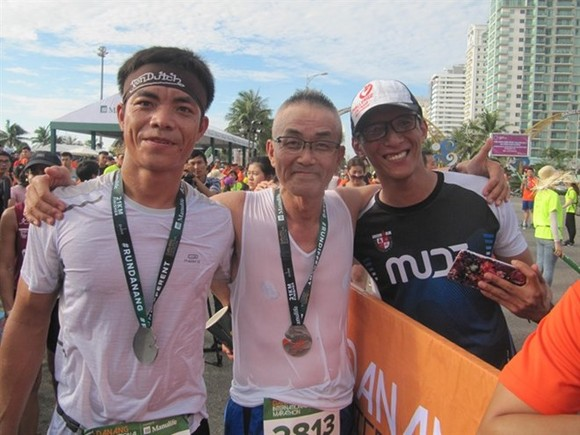 Vietnamese and Japanese runners celebrate after finishing the half marathon category at the Da Nang marathon in 2017. (Photo: VNA)