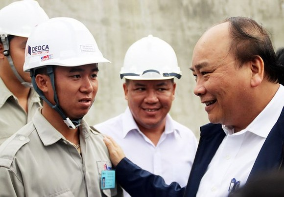 Vietnamese Prime Minister Nguyen Xuan Phuc visits workers of Ca Pass tunnel project