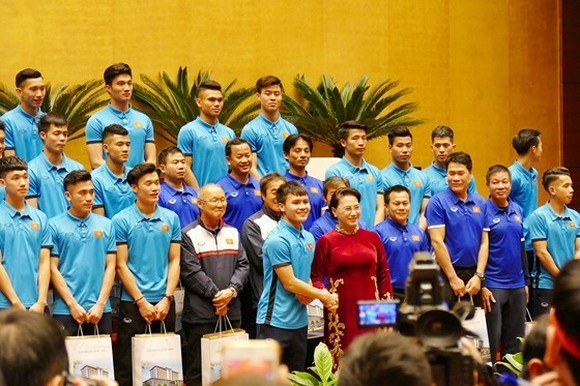 Vietnamese National Assembly Chairwoman Nguyen Thi Kim Ngan poses with members of the Vietnamese Under 23 football team at Dien Hong Hall of the National Assembly House
