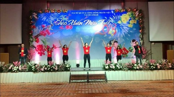 Art performance in Myanmar to welcome Tet. (Photo: VNA)
