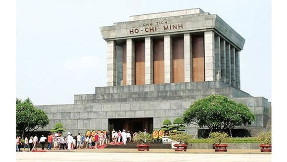Thousands of people visit Mausoleum of President Ho Chi Minh during Tet holidays