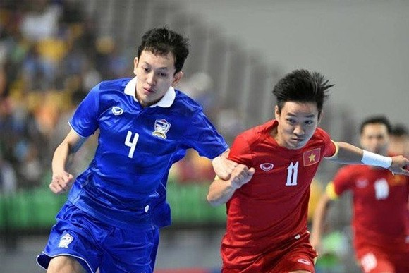 A Vietnamese futsal player (in red) competes in an international tournament. Vietnam are in Group B of the AFF Futsal Championship 2018. (Photo: danviet.vn)