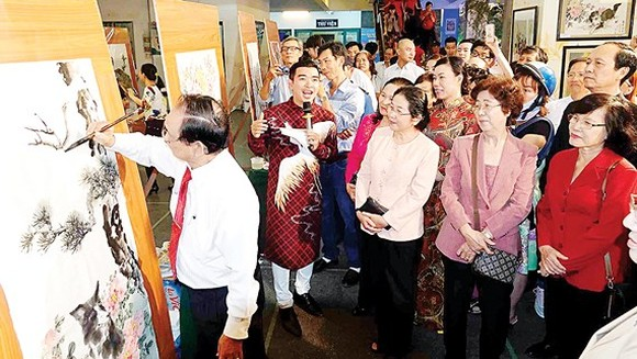 The city leaders visit painting exhibition at the cultural festival.