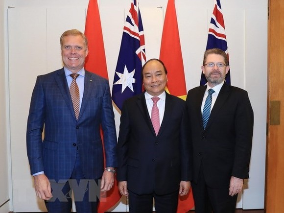 Prime Minister Nguyen Xuan Phuc (centre) meets with President of the Senate Scott Ryan (R) and Speaker of the House of Representatives Tony Smith of Australia on March 15 (Photo: VNA)