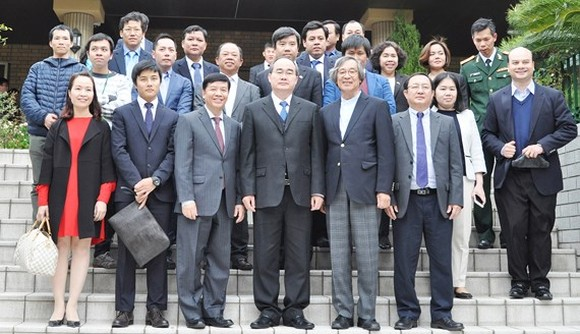 Secretary of HCMC Party Committee Nguyen Thien Nhan poses with overseas Vietnamese in Japan